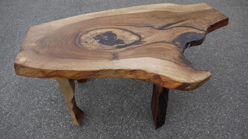 Couchtisch aus Nußbaumholz mit drei Beinen